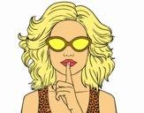 Ragazza con gli occhiali da sole