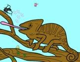 Un camaleonte con la lingua fuori