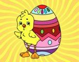 Pulcino simpatico con uovo di Pasqua